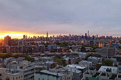 New York Skyline im Abendlicht - p470m1190110 von Ingrid Michel