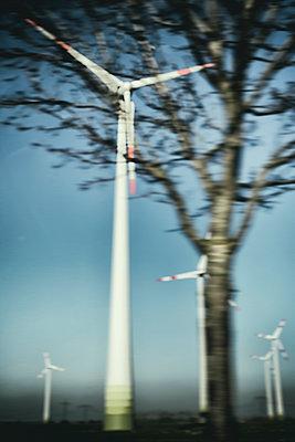 Verschwommene Sicht auf einen Windpark  - p739m1119426 von Baertels