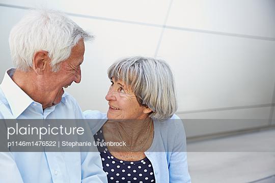 Seniorenpaar in der Stadt - p1146m1476522 von Stephanie Uhlenbrock