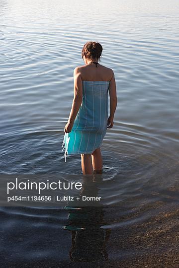 Durchs Wasser - p454m1194656 von Lubitz + Dorner