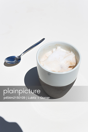 Kaffee in der Sonne - p454m2150109 von Lubitz + Dorner