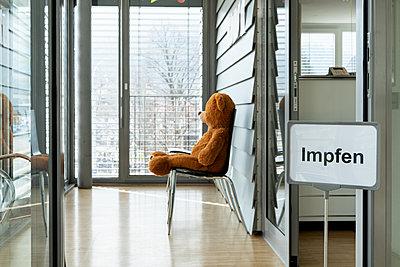 Teddybär im Wartezimmer einer Arztpraxis, Corona-Impfung - p1625m2254142 von Dr. med.