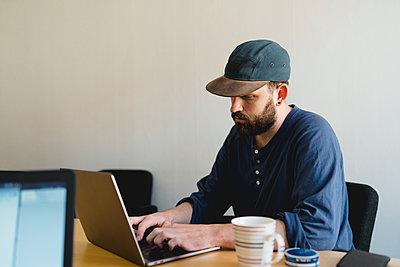 Man using laptop - p312m2139631 by Stina GrŠnfors