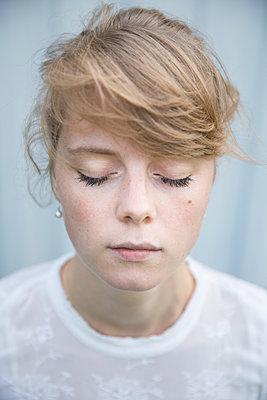 Portrait of a young woman - p552m925957 by Leander Hopf