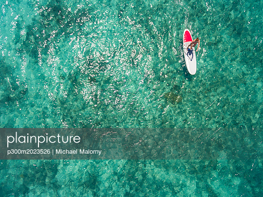 Mauritius, young woman on stand up paddling board - p300m2023526 von Michael Malorny