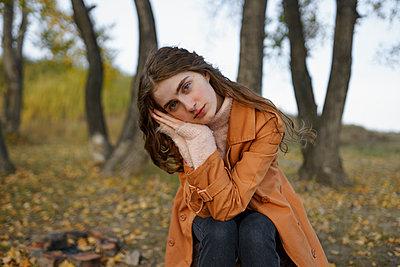 Melancholische junge Frau in der Natur - p1646m2232027 von Slava Chistyakov