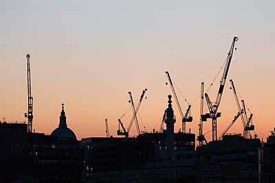 St Paul's Cathedral at dusk, surrounded by construction cranes, London, England, UK - p429m1084601 by Alex Holland