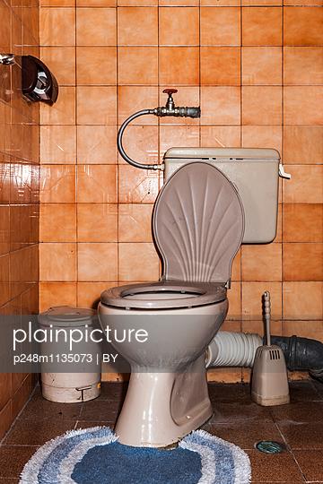 Alte Toliette - p248m1135073 von BY