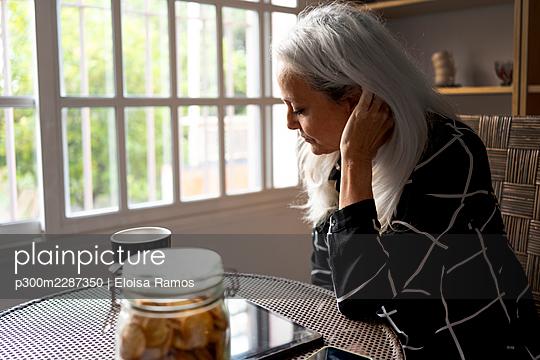sevilla, Spain, senior woman, at home, life with pet - p300m2287350 von Eloisa Ramos