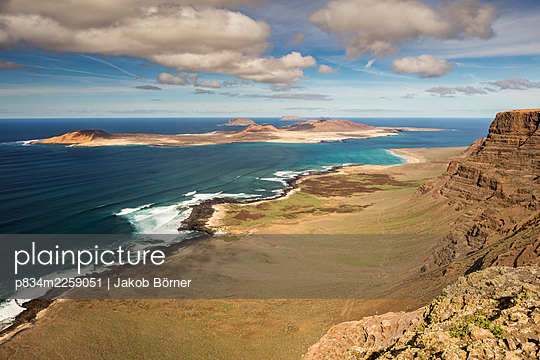 Spanien, View from Lanzarote over the island of La Graciosa - p834m2259051 by Jakob Börner