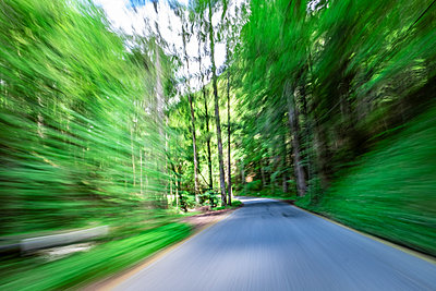Schnelles fahren auf einer Straße - p1243m1552961 von Archer