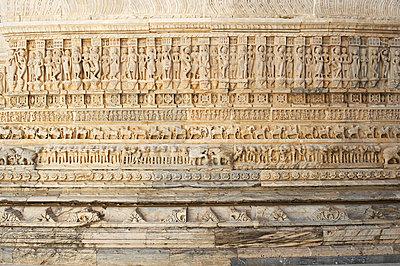 Figuren Relief in Udaipur - p1259m1111481 von J.-P. Westermann