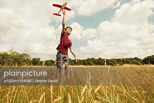 Kind mit Spielflugzeug - p1222m1154540 von Jérome Gerull