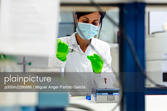 Young Researchers Working In A Professional Laboratory.Madrid.Spain - p300m2286886 von Miguel Angel Partido Garcia