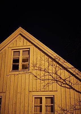 Schatten auf schwedischem Haus - p1124m1193524 von Willing-Holtz
