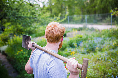 Man with shovel in garden - p301m2075601 by Sven Hagolani