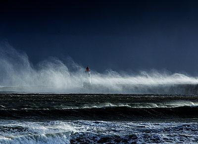 Bandungswellen an der Küste  - p910m1159388 von Philippe Lesprit