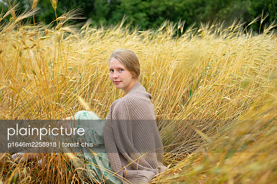 Young woman sitting in cornfield, portrait - p1646m2258918 by Slava Chistyakov