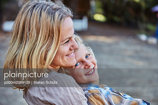 Portrait of happy mother with son outdoors - p300m2069129 by Stefan Schütz
