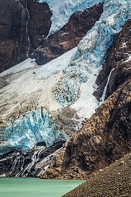 Detail of lake and glacial ice on rocky mountainside in Los Glaciares National Park, Patagonia, Argentina - p429m1495994 by Manuel Sulzer