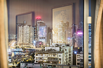 City and reflections viewed through window - p429m898298 by Alan Graf