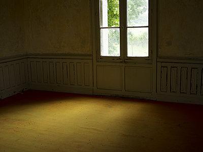 Licht fällt durch ein Fenster - p945m2007974 von aurelia frey