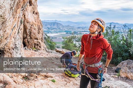 couple climbing outdoor/SPAIN/ALICANTE/ASPE - p300m2166790 von Javier De La Torre Sebastian
