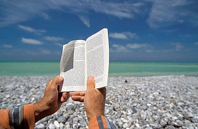 Am Strand lesen - p2200268 von Kai Jabs