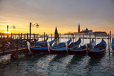 Gondolas by St Marks Square at sunrise, Venice, Veneto, Italy - p429m2050954 by Fabio Muzzi