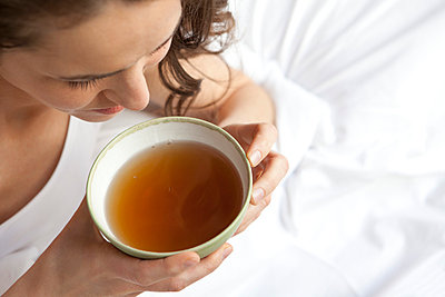 Tee trinken - p981m791375 von Franke + Mans