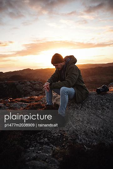 Wanderer macht eine Pause in den Highlands - p1477m2038909 von rainandsalt