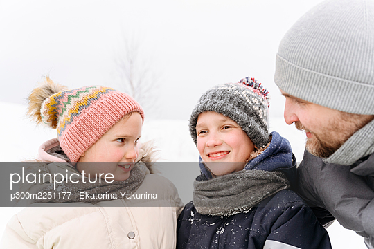 Father with children enjoying vacation during winter - p300m2251177 by Ekaterina Yakunina