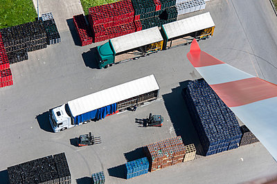 Windrad und Getränkelager - p1079m885345 von Ulrich Mertens