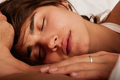 Junges Paar schläft, Portrait - p1093m2192911 von Sven Hagolani