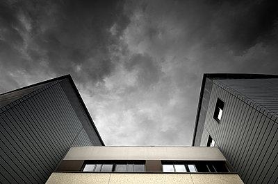 Blick auf eine Klinik aus der Froschperspektive - p1137m1154989 von Yann Grancher