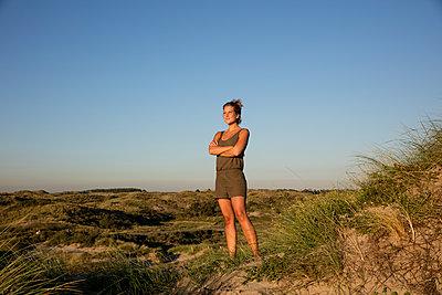 Frau in Dünen - p1212m1168606 von harry + lidy