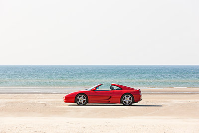 Sports car on the beach - p248m951423 by BY
