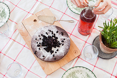 Cake with blackberries on top - p312m1472292 by Christina Strehlow
