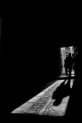Schatten eines Mannes der eine moschee verlaesst - p627m1035889 von Murat Yazar