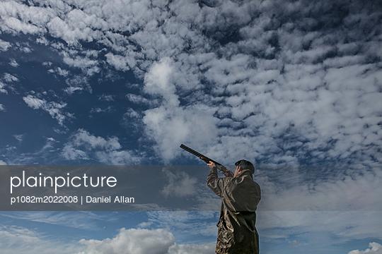 Mann mit Jagdgewehr - p1082m2022008 von Daniel Allan