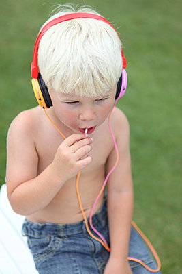 Little boy listening - p045m945607 by Jasmin Sander