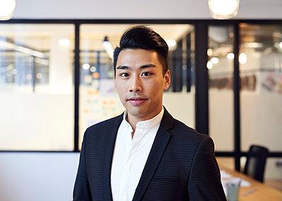Asiatischer Mann im Büro - p1124m1181501 von Willing-Holtz