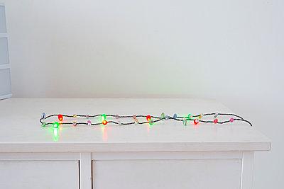 Lichterkette auf einem Tisch - p1190m1502485 von Sarah Eick