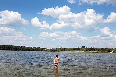 Mann im Bernsteinsee - p258m1146188 von Katarzyna Sonnewend