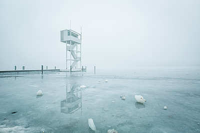 Germany, Berlin-Koepenick, view to frozen Mueggelsee with diving tower in the fog - p300m1120441f by Anke Scheibe