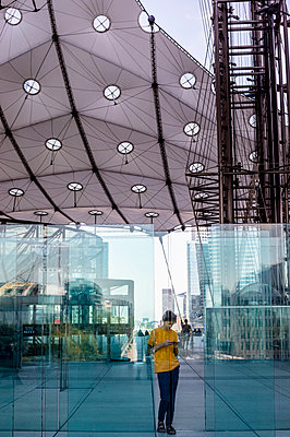 Teenager using smartphone at La Defense - p445m1452426 by Marie Docher