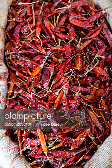 Bag of big dried red peppers at the market - p590m2090181 by Philippe Dureuil