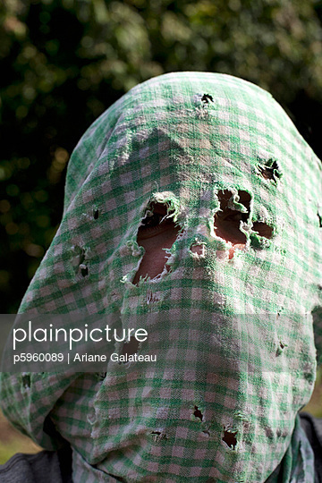 Face under dish towel - p5960089 by Ariane Galateau