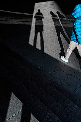 Schatten des Fotografen und zweier Spaziergänger - p1340m1528660 von Christoph Lodewick