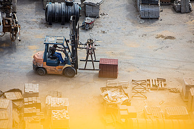 Worker moving forklift on yard - p300m2013286 von zerocreatives